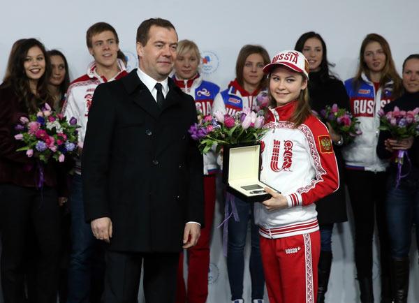 Премьер-министр Дмитрий Медведев вручил ключи от машины